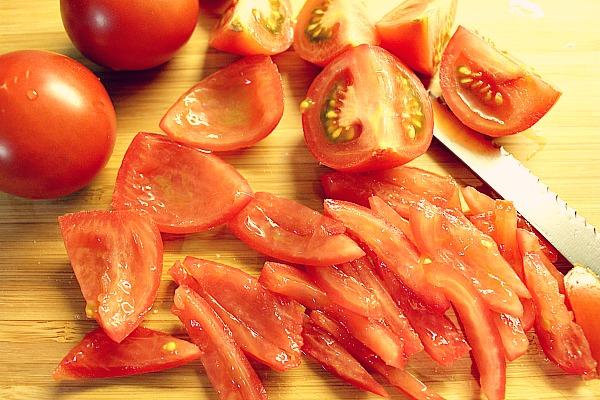 Tomaten achteln und entkernen