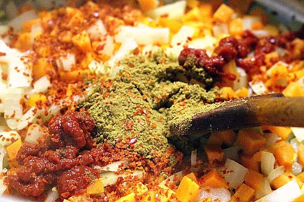 04 Mit Cumin, Chiliflocken und Tomatenmark abschmecken