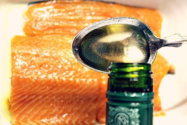Noilly Prat auf Fisch träufeln