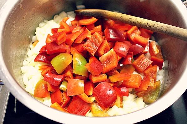 05_Zwiebeln und Paprika anschwitzen